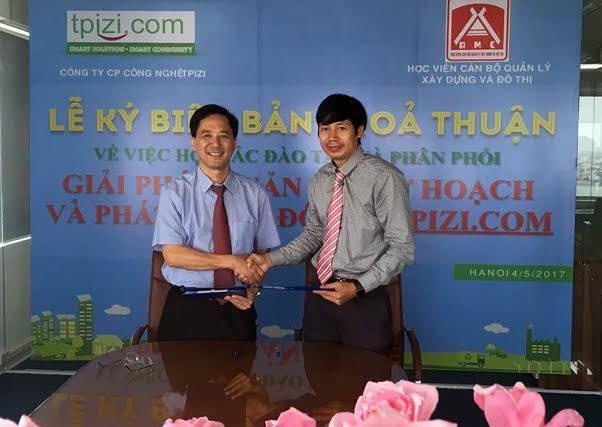 Kỹ sư Kiều Minh Tuấn (trái) ký hợp tác phát triển phần mềm với Học viện Cán bộ Quản lý Xây dựng và Đô thị.