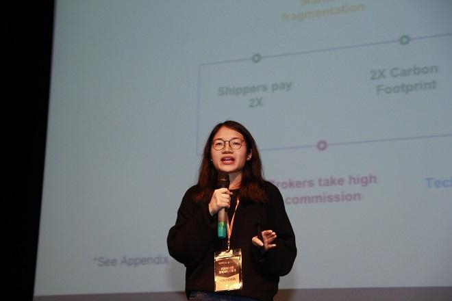 CEO Linh Phạm của startup Logivan với giải pháp số hóa ngành công nghiệp vận tải đường bộ, giảm thiểu số xe tải chạy rỗng chiều về thuyết trình gọi vốn. Ảnh: TFI