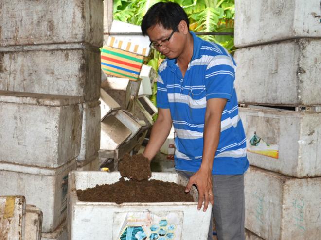 Nguyễn Phúc Hậu bên sản phẩm bột bã mía vi sinh. Ảnh: NVCC.