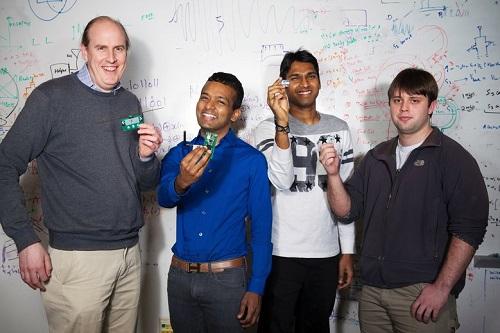 Nhóm phát triển dự án thiết bị truy cập Internet không dùng pin. Từ trái sang: Joshua Smith,Shyam Gollakota, Vamsi Talla vàBryce Kellogg. Ảnh: Seatle Times.