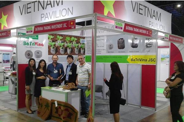 Sản phẩm viên nén ươm hạt nhận được nhiều sự quan tâm từ khách hàng quốc tế tại Hội chợ Nông nghiệp - Thương mại ASEAN tổ chức ở Thái Lan cuối năm 2016. Ảnh: NVCC.