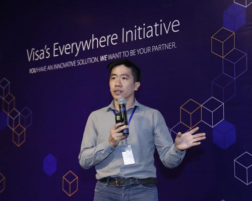 Ông Lê Mai Tùng - đồng sáng lập EyeQ Tech bảo vệ đề án trước hội đồng giám khảo ngày 22/8.