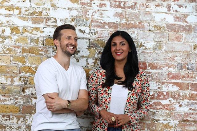 Hai đồng sáng lập của Flashpack làRadha Vyas (phải) và Lee Thompson (trái).