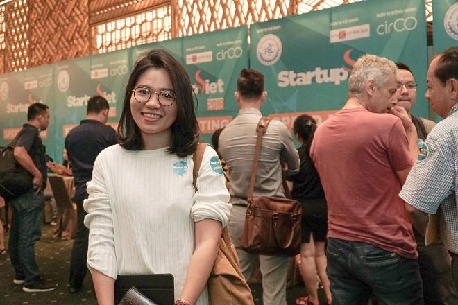 Lê Ngọc Uyên - điều hành Danlat Handmade tham khảo ý kiến từ ông Nguyễn Việt Đức - cố vấn cao cấp của Startup Vietnam Foundation (SVF). Chị Vy cho biết, những lời khuyên của chuyên gia về nội dung và cách thuyết trình dự án sẽ giúp startup đồ thủ công của chị trở nên cứng cáp hơn, chuẩn bị đầy đủ hơn cho các cơ hội đầu tư tương lai.
