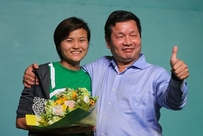 Ông Trương Gia Bình gửi lời cảm ơn đến bà Tan Hooi Ling vì những chia sẻ bổ ích dành cho cộng đồng startup Việt Nam. Ảnh: Hữu Khoa.