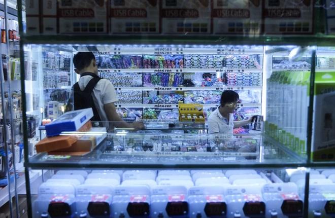 Một gian hàng tại chợ Huaqiangbei ở Thâm Quyến. Ảnh: AFP.