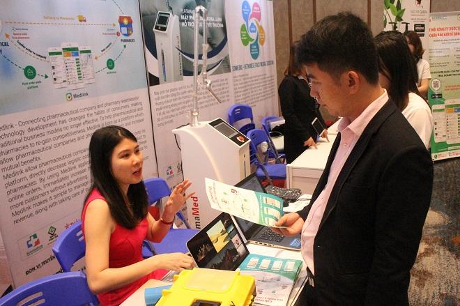 Nguyễn Ngọc Huyền - sáng lập viên dự án Medlink giới thiệu về nền tảng với người quan tâm tại sự kiện Tech Fest 2018.