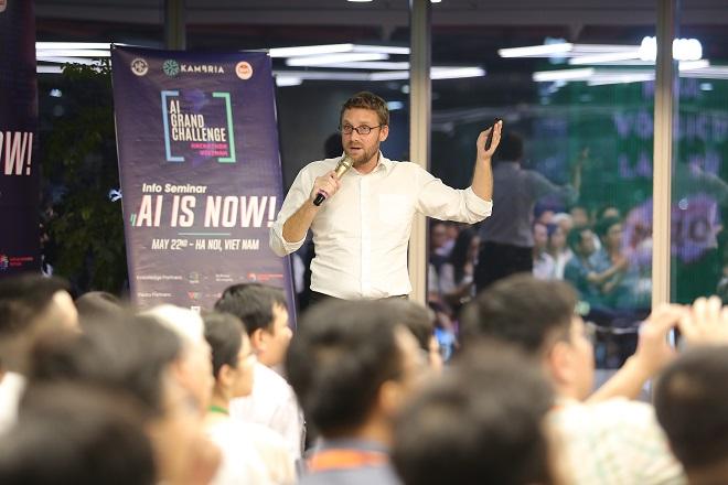 Pascal Bornet, chuyên gia AI đến từ McKinsey&Company diễn thuyết về công nghệ Trí tuệ nhân tạo tại Hà Nội.