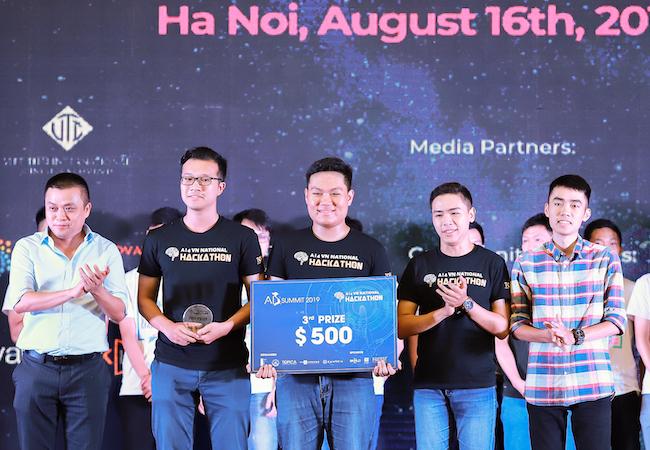MLAE giành giải 3, nhận giải thưởng 500 USD từ Topica.