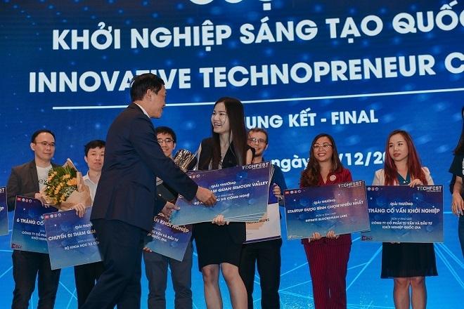 Thứ trưởng Bộ KH&CN Trần trao giải thưởng cho Abivin tại Techfest Vietnam 2018. (Ảnh: TF)