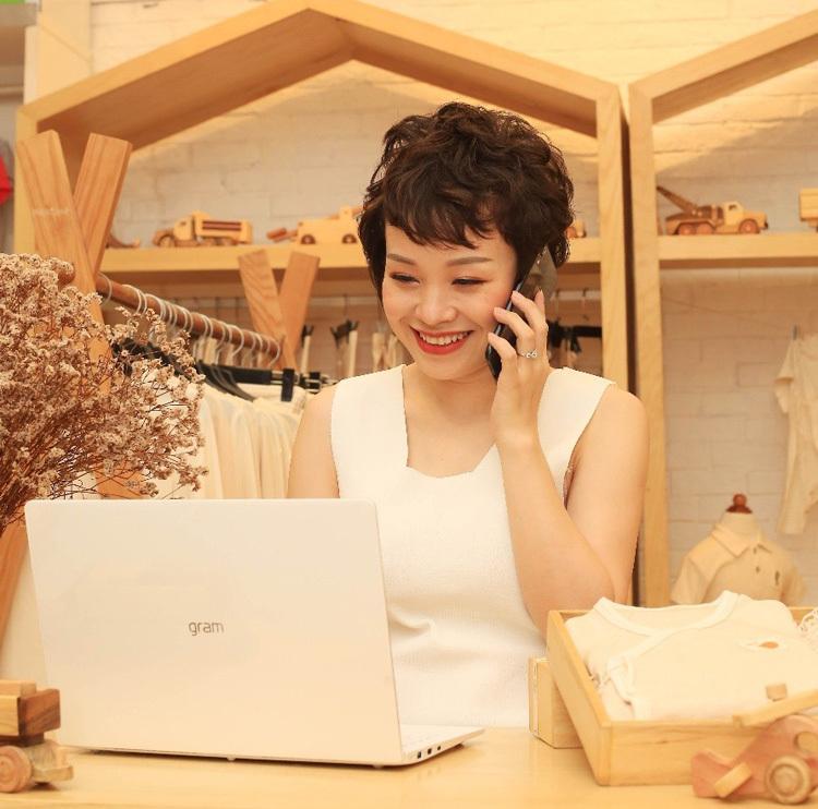 Nguyễn Thu Hiền tại cửa hàng Mimi Organic.