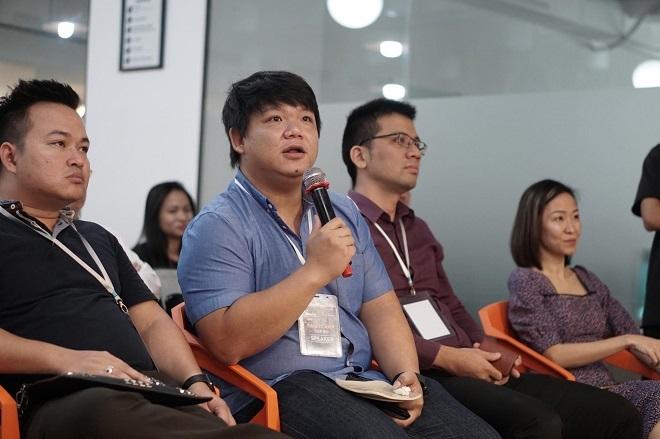 Ông Nguyễn Minh Phúc (cầm micro) - Giám đốc chương trình tăng tốc khởi nghiệp của VIISA góp ý cho Xinh Tươi Online và Sphacy. Ảnh: Tuấn Nhu.