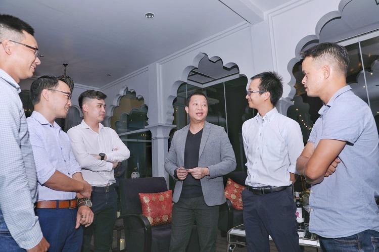 Ông Trần Ngọc Thái Sơn (vest xám) và đại diện các startup giao lưu tại buổi gặp gỡ hôm 25/10. Ảnh: Hữu Khoa.