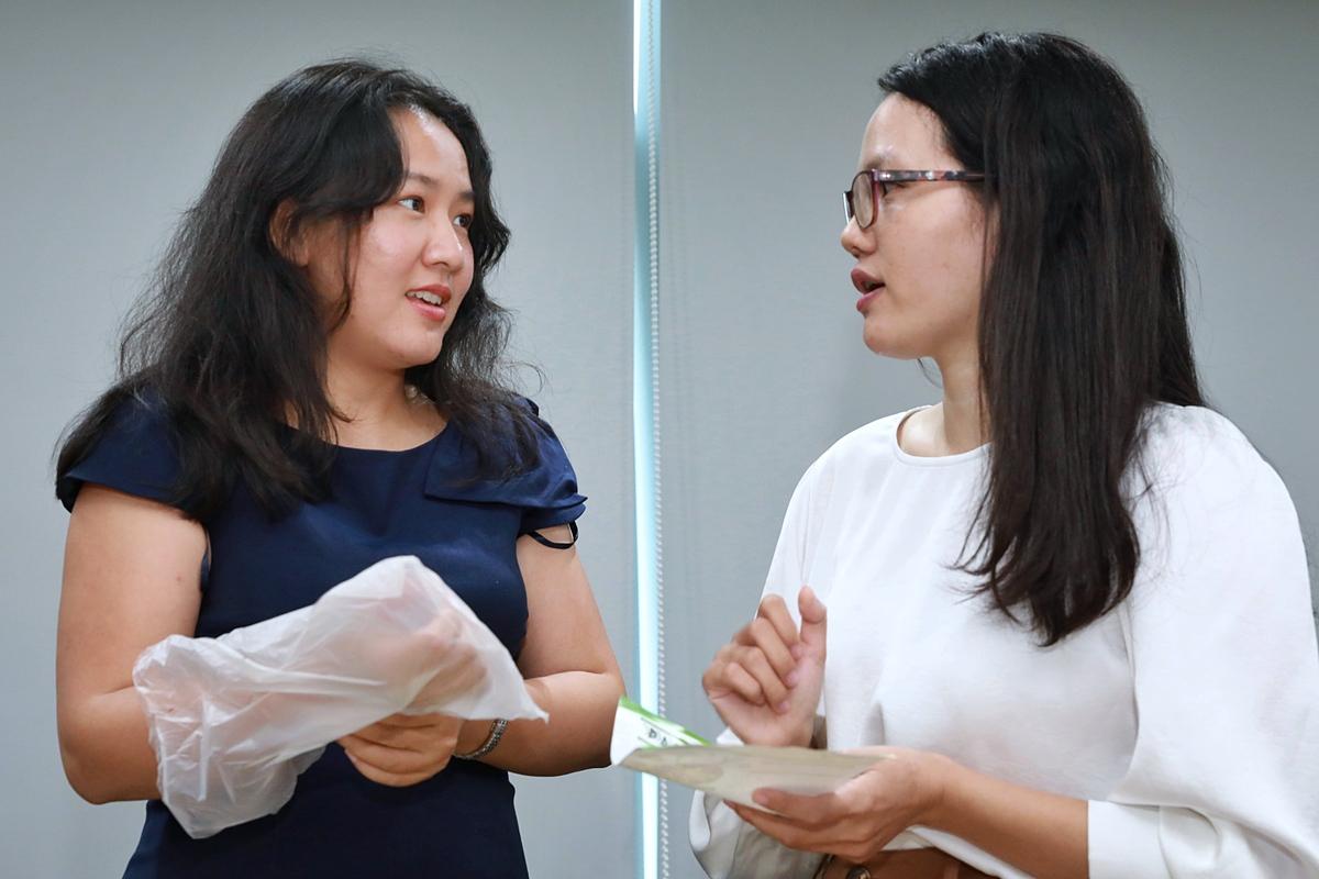 Chị Lê Diệp Kiều Trang (trái) trao đổi với startup thuộc Top 15 Startup Việt 2020. Ảnh: Hữu Khoa.