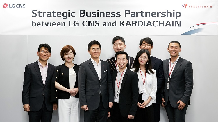 Minh Trí (thứ tư, từ trái sang, hàng trên) tại buổi ký kết với LG CNS tại Hàn Quốc