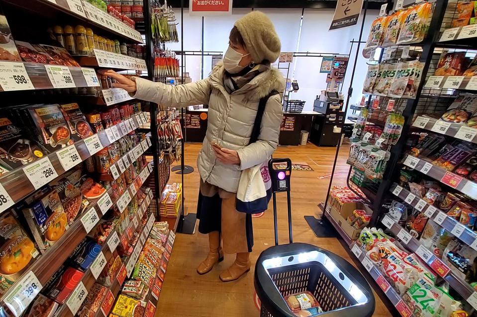 Giải pháp mua sắm không thu ngân đang triển khai tại một cửa hàng tạp hóa ở Osaka, Nhật Bản. Ảnh: Imagr.